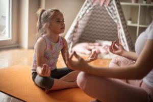 Mutter und Tochter meditieren