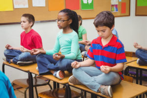 Schüler meditieren im Unterricht