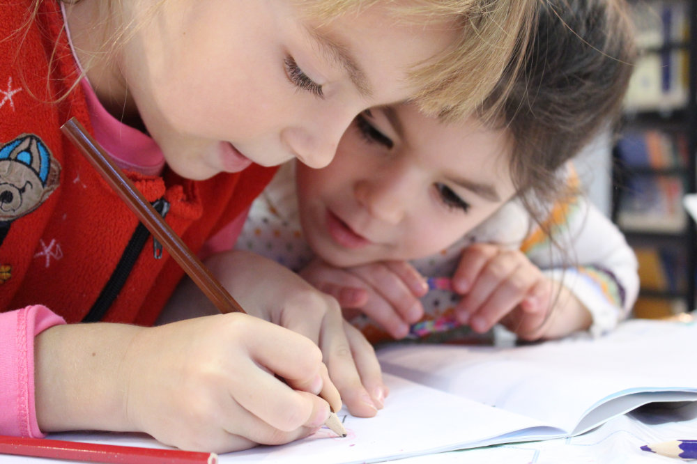 Kinder konzentrieren sich in der Schule