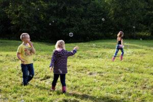 Spielende Kinder auf einer Wiese