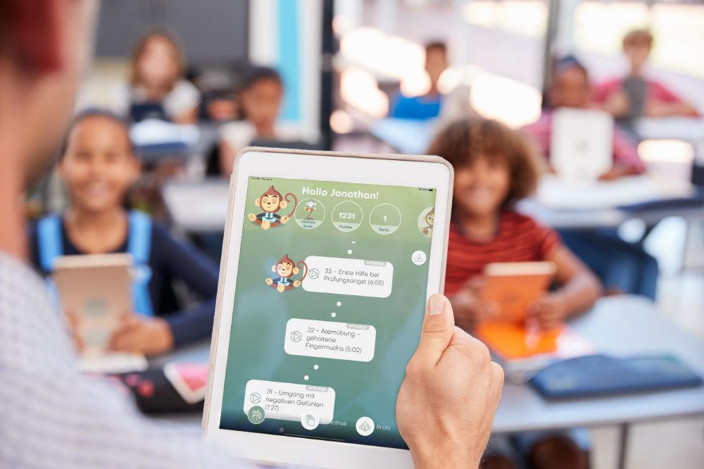 BuddhaBoo für Schulen - Lehrer verwendet die App vor einer Klasse